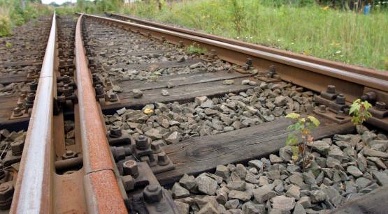 Wykolejony wagon. Zablokowana linia kolejowa