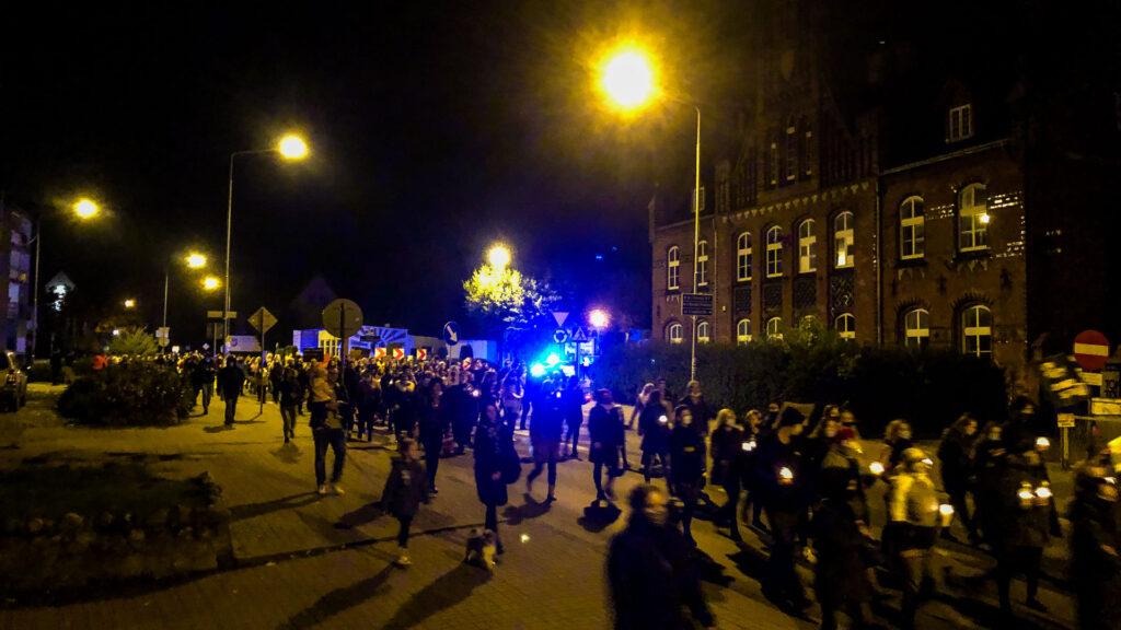 Złocieniec - tłumy na ulicach i głośne hasła. Był też incydent pod biurem poselskim