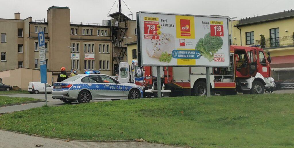 Dramatyczne sceny pod sklepem. Policjant potrącony przez auto