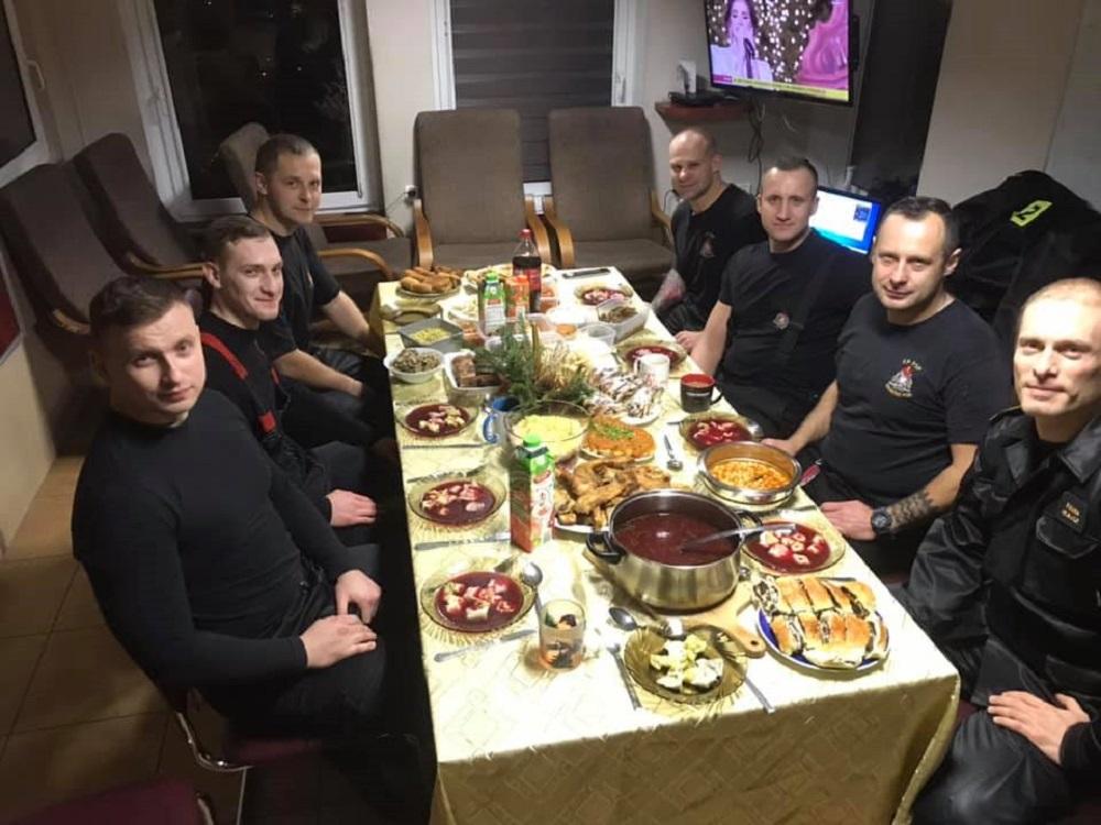 W tym szczególnym dniu strzegą naszego bezpieczeństwa. 7 strażaków i dyspozytor. Właśnie zasiedli do kolacji !