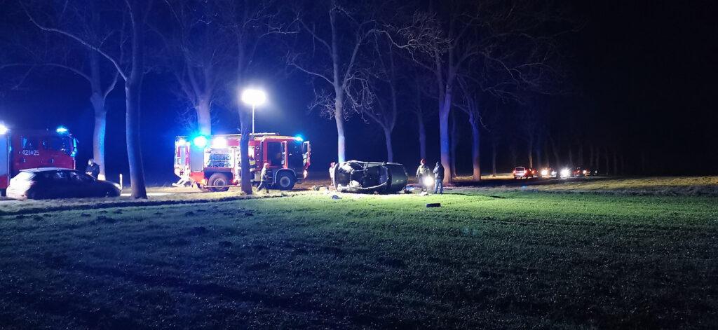 Ratowali kobietę z samochodu, który uległ wypadkowi