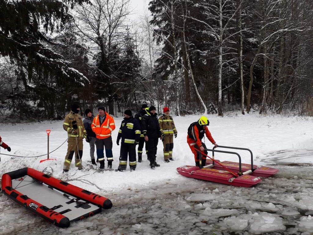 Strażacy z Czaplinka ćwiczyli na lodzie