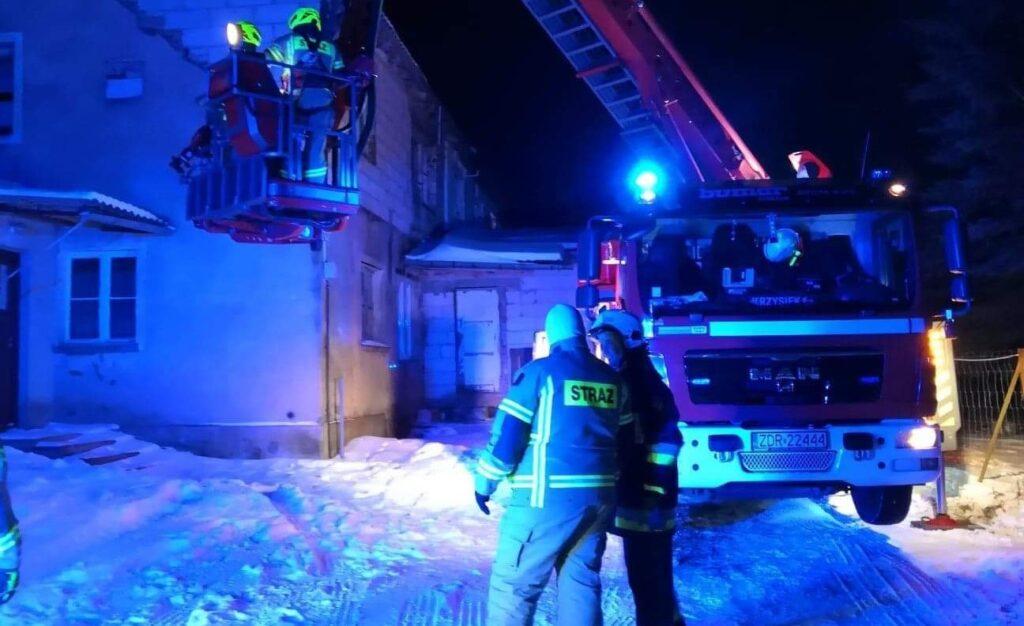 Zadymienie i pożar w budynku mieszkalnym