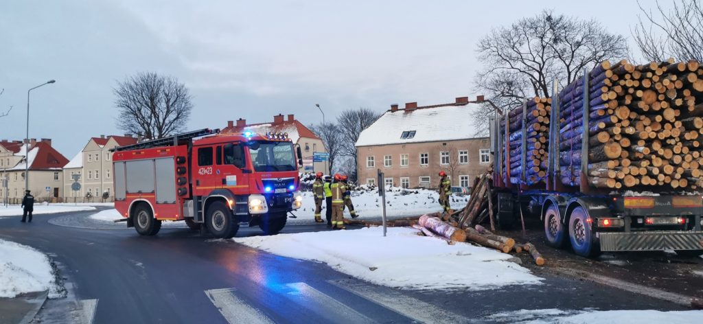 Drewno spadło z samochodu ciężarowego