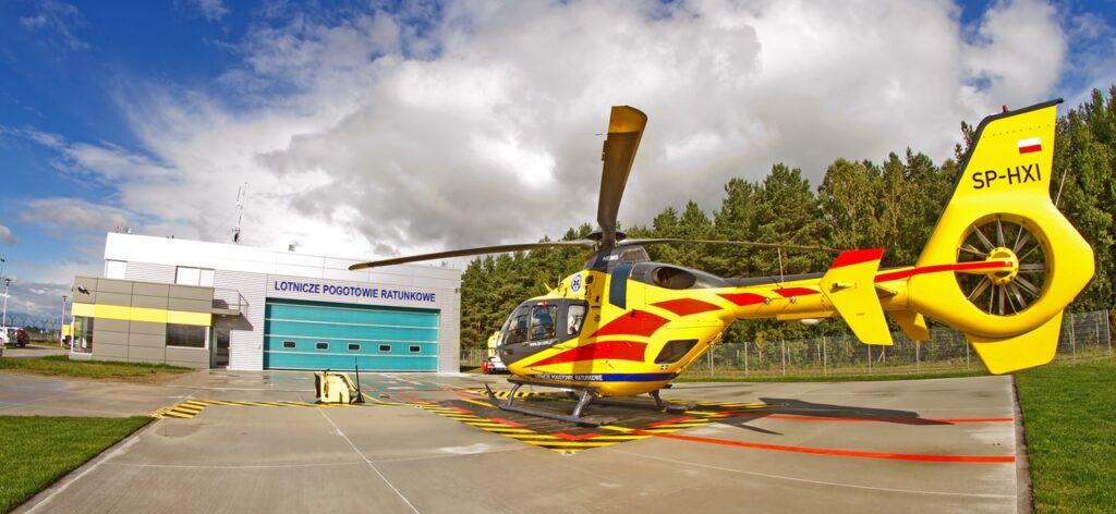 Lądowanie helikoptera LPR w Wierzchowie. Mężczyzna potrzebował pomocy