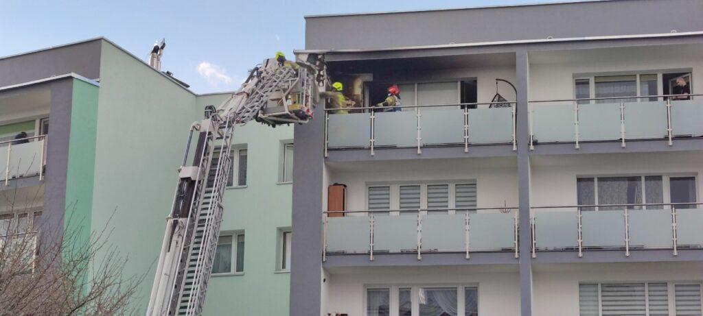 Ogień rozprzestrzeniał się na balkonie w jednym z mieszkań w Złocieńcu