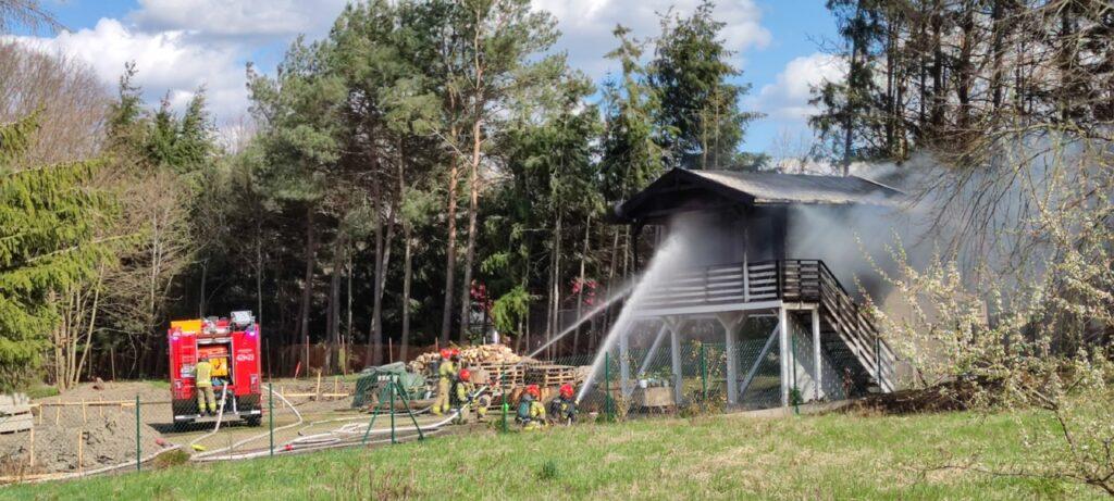W pobliżu stadionu miejskiego doszło do pożaru domku letniskowego