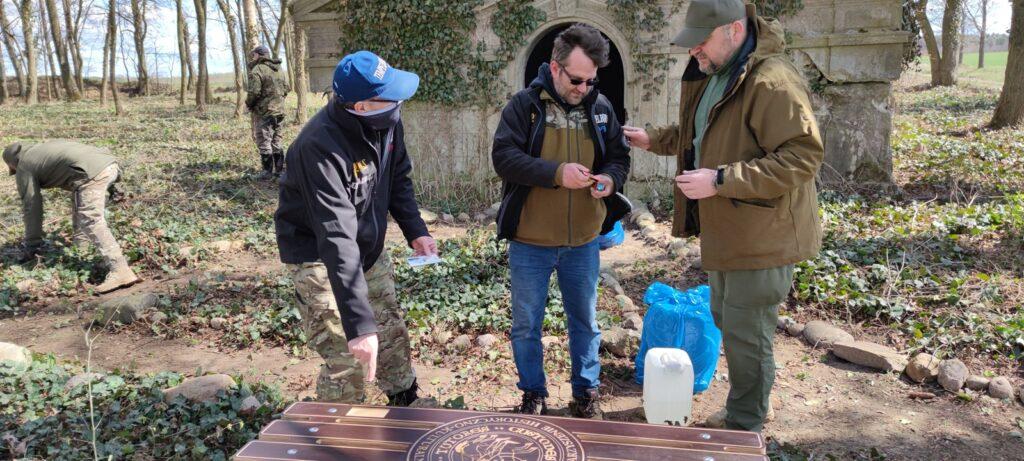 Na cmentarzu w Miłkowie stanęła ławeczka pamięci. To efekt realizacji projektu
