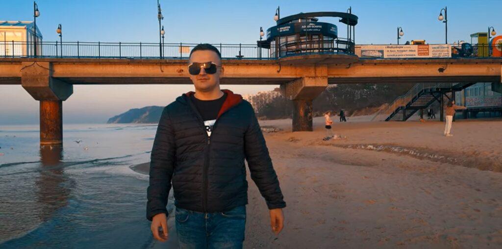 Producent muzyczny z Drawska Pomorskiego wydał nowy utwór. To efekt międzynarodowej współpracy [WIDEO]