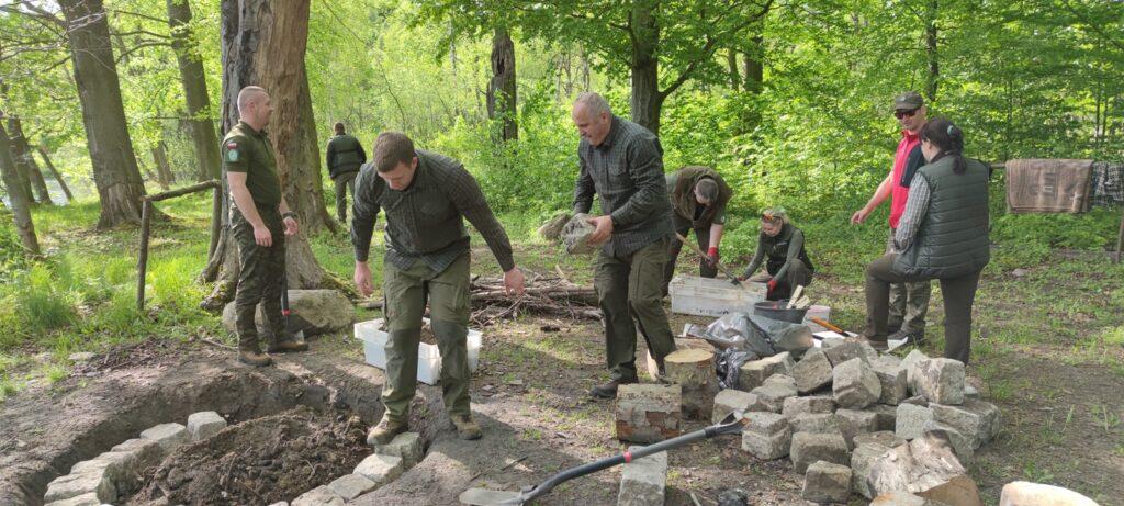 W lasach w pobliżu Czaplinka wykonano pierwsze prace związane z leśnymi miejscami noclegowymi [WIDEO]