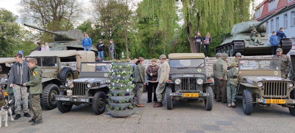 Pasjonaci militarnych pojazdów zabytkowych zawitali do Drawska Pomorskiego [WIDEO]