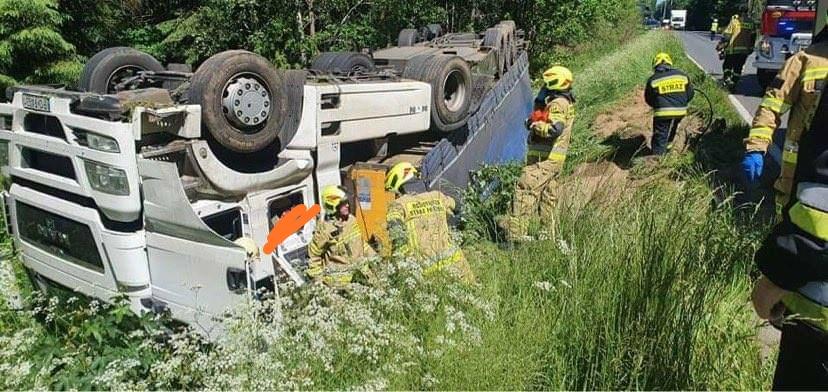 Dachowanie samochodu ciężarowego w pobliżu Sośnicy
