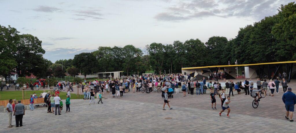 Stare boisko w Łobzie zmieniło się w nowoczesny plac koncertowo - rekreacyjny