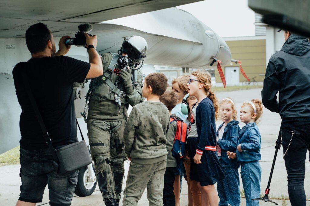 Stworzyli piosnkę o pilotach. Teledysk nagrali w bazie myśliwców F16
