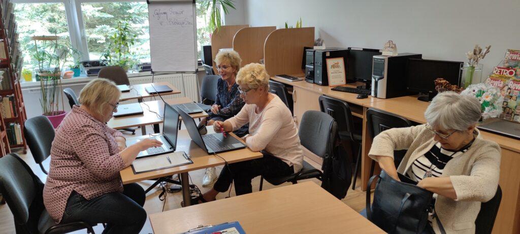 Seniorzy ze Złocieńca szkolą się w zakresie obsługi komputerów i smartfonów