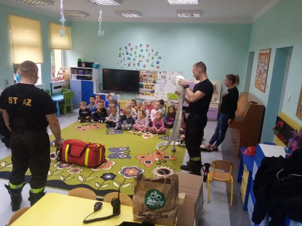 Drawscy strażacy promowali swój zawód. Odwiedzili przedszkolaków